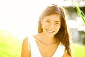 o femeie fericita zambeste des