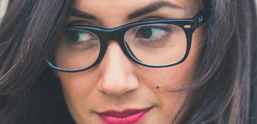 Machiajul ideal pentru femeile cu ochelari
